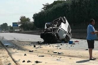 10 migranţi morţi după ce microbuzul care îi transporta s-a ciocnit cu un camion