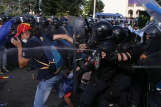 Protestatarii au vrut să intre în curtea Guvernului. Jandarmii au folosit spray-urile. VIDEO