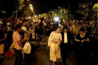 Cum a fost întâmpinat filosoful Mihai Șora de protestatarii din Piața Victoriei. VIDEO