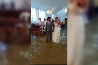 Momentul în care un cuplu se căsătorește într-o biserică inundată