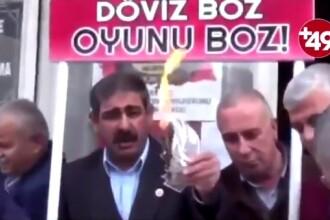 Cum protestează turcii după ce lira turcească s-a prăbușit din cauza tensiunilor cu SUA