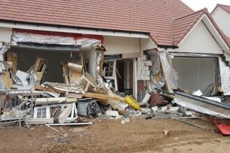 Muncitor român din UK, acuzat că a distrus cu excavatorul un cartier de case. Paguba uriașă provocată