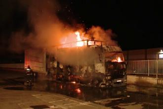 TIR plin cu hârtie, cuprins de un incendiu. Șoferul, care dormea, a scăpat nevătămat