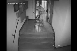 Bicicletă, furată de la etajul 4, în București. Hoțul a lipit scotch pe vizoare. VIDEO