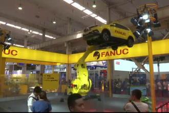 Expoziție la Beijing: tancuri ghidate de la distanță și roboți care pot ridica mașini