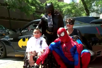 Întâlnirea emoționantă a unui băiețel grav bolnav cu supereroii săi preferați