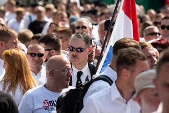 Contramanifestanţii au aruncat pietre şi sticle în militanţi neonazişti la un marș în Berlin