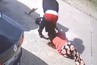 O femeie a fost urmărită după ce a scos de la bancă 75.000 de dolari. Ce a pățit. VIDEO
