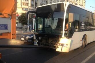Accident grav în București. Un autoturism a lovit un autobuz, în Piața Victoriei