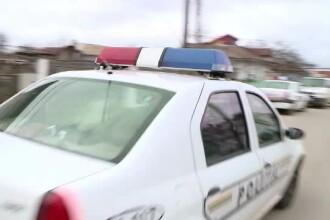 Doi poliţişti, victimele unui accident. Mașina cu care erau în misiune, lovită de un TIR