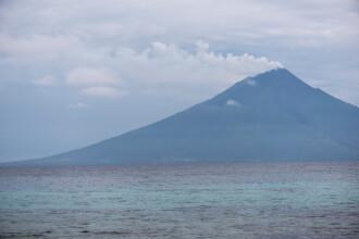 Insulă evacuată după erupţia unui vulcan. Coloana de cenuşă s-a înălţat 15 kilometri