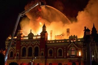 Incendiu uriaş la una dintre clădirile monument ale Oradei. Un turn s-a prăbuşit