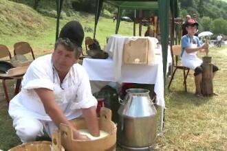 Festivalul Brânzei şi Ţuicii, în Mărginimea Sibiului. Băutura care se vinde cu 150 lei/litrul