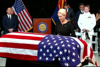 Ultimul omagiu adus de familie și prieteni senatorului John McCain. Gestul văduvei
