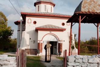 Preotul acuzat de pedofilie ar fi făcut mai multe victime. Ce ținea în biserică