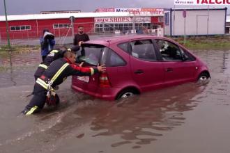 Un șofer din Brașov a sunat la 112 pentru că a rămas blocat cu mașina din cauza ploilor