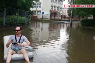 Vijelii în țară. Un tânăr din Deva a ieșit cu barca pneumatică pe străzi