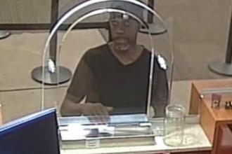 Un hoț a comis eroare după eroare, dar a reușit să fugă cu banii dintr-o bancă