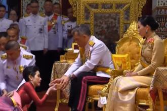 Ceremonie bizară în Thailanda. Regele și-a prezentat oficial concubina, de față cu regina