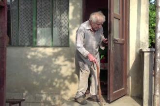 Bătrân de 91 de ani, atacat de doi vecini care i-au furat 6000 de lei