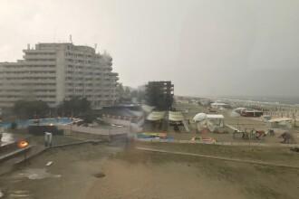 Furtună pe litoral. Copaci doborâţi peste maşini şi străzi inundate. VIDEO