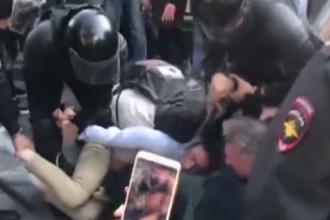 Un polițist rus bate cu brutalitate cu bastonul un protestatar. VIDEO