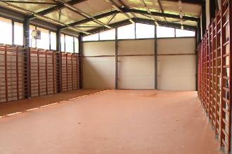 Sală de sport, folosită de preot pentru depozitarea grâului. Elevii fac orele pe hol