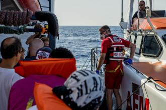 20 de migranți, salvați de pe o ambarcațiune rămasă fără combustibil. În ce stare erau