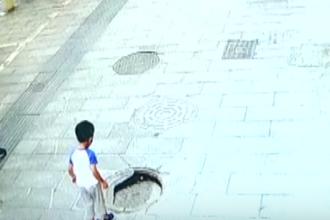 Momentul în care un copil de 3 ani cade în canal. Unde se aflau părinții săi. VIDEO