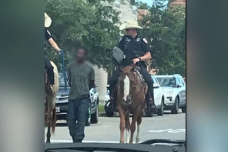 Bărbat de culoare, dus la poliție ca în America sclavagistă. Legat cu funie în urma calului