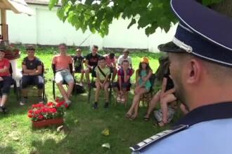 Copii din Neamț învățați de polițistul și preotul din sat despre traficul de persoane