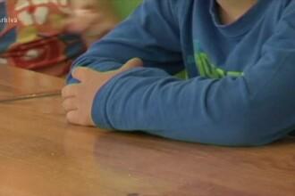 Descoperirea șocantă a unor părinți după ce au montat microfoane în ghiozdanele copiilor