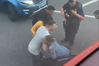 Femeie strivită între două mașini după ce s-a luat la ceartă cu un șofer. VIDEO