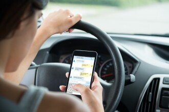 De când nu mai ai voie să ții telefonul în mână când conduci