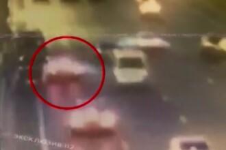 Momentul în care o mașină Tesla ia foc în trafic. Ce a recunoscut șoferul. VIDEO