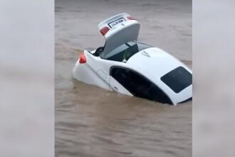 Un tânăr a aruncat în râu BMW-ul dăruit de tatăl său. Voia altă mașină. VIDEO