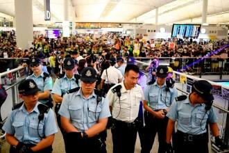 Noi ciocniri violente între protestatari și forțele de ordine, pe aeroportul din Hong Kong