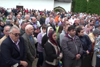Sute de pelerini, cu flori și busuioc în mâini, la slujba de la Mănăstirea Hadâmbu