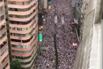 """""""O cincime din populația Hong Kong-ului a ieșit în stradă"""". Imagini filmate dintr-un zgârie-nori"""