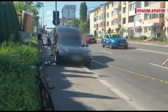 Șoferul unui dric a rănit grav un biciclist după ce i-a deschis portiera în față