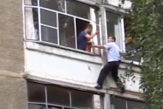 Un tată a amenințat că-și aruncă bebelușul de la balcon. Reacția poliției. VIDEO