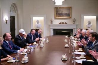 Trump i-a făcut cadou o şapcă lui Iohannis. Mesajul scris pe ea