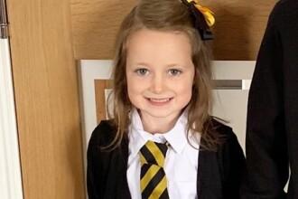 Ce s-a întâmplat cu o fetiță de 5 ani chiar în prima zi de școală. Reacția șocantă a mamei