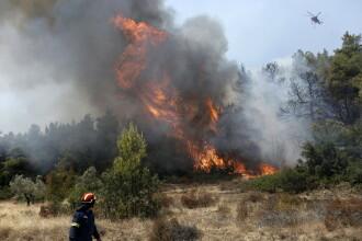 Turişti evacuaţi de pe una dintre cele mai mari insule din Grecia, din cauza incendiilor