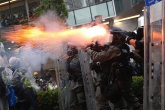 Lupte de stradă între poliţie şi zeci de mii de protestatari, în Hong Kong