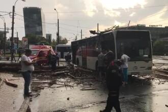 Furtună puternică în București, duminică seara. Un copac a căzut peste un autobuz în care se aflau mai mulți pasageri