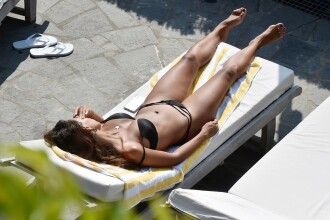 Mădălina Ghenea, surprinsă relaxându-se la piscină, în Italia. GALERIE FOTO