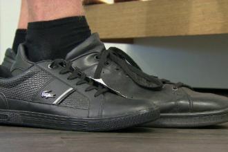 La 16 ani, poartă măsura 57 la pantofi. De ce îi plătește casa de sănătate încălțămintea