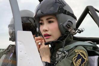 Concubina regelui Thailandei, surprinsă pilotând un avion și trăgând cu arma. Imagini rare