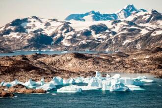 Temperaturile sunt atât de ridicate în Groenlanda încât copiii se joacă la plajă